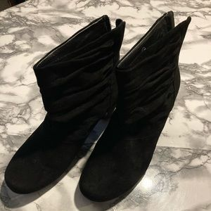 Earthies Vicenza black suede booties size 8.5